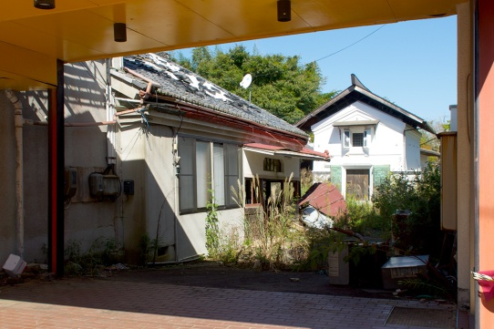 TOMIOKA-CHUO-COURTYARD-copyright-Lis-Fields-2017-1630